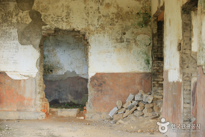 The House of Labor Party Ruins (철원 노동당사)