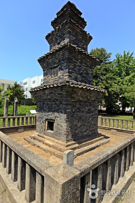Dangganjiju (Flagpole Supports) in Unheung-dong and Five-Story Brick Pagoda in Dongbu-dong (안동 운흥동 당간지주와 오층전탑)
