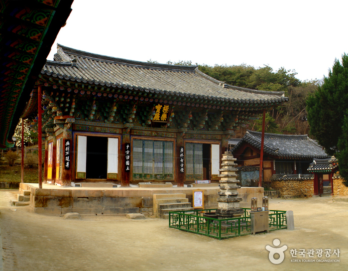 Silleuk Temple Resort (신륵사관광지)