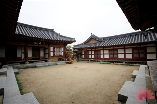 Jeonju Hanok Living Experience Center (전주한옥생활체험관)