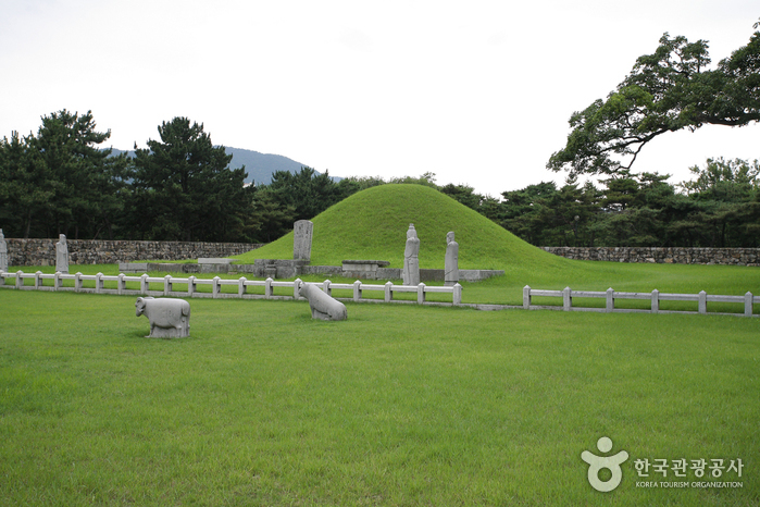 Tomb of King Suro (수로왕릉)